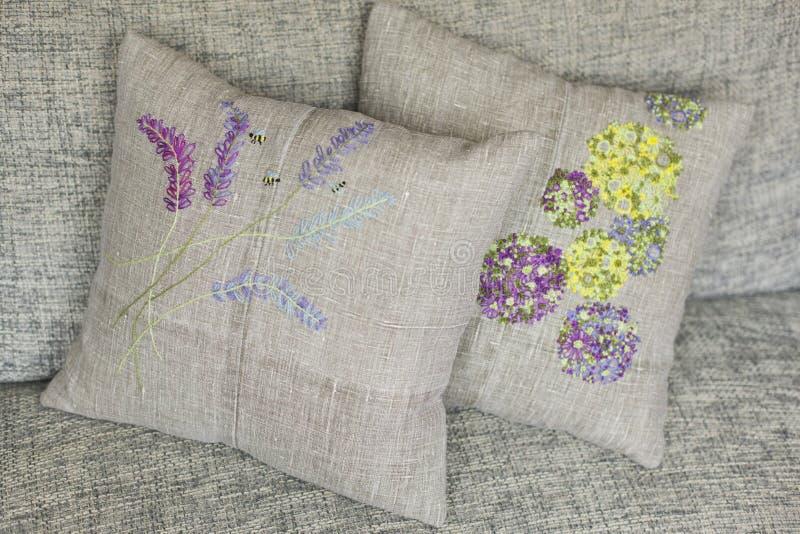 Dekorativ kudde som göras av linnetyg med färgrika - guling, violeten, gräsplan, ljus - blått - broderi arkivbild