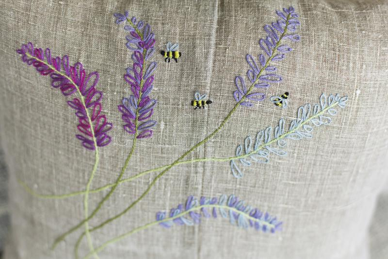 Dekorativ kudde som göras av linnetyg med färgrika - guling, violeten, gräsplan, ljus - blått - broderi fotografering för bildbyråer