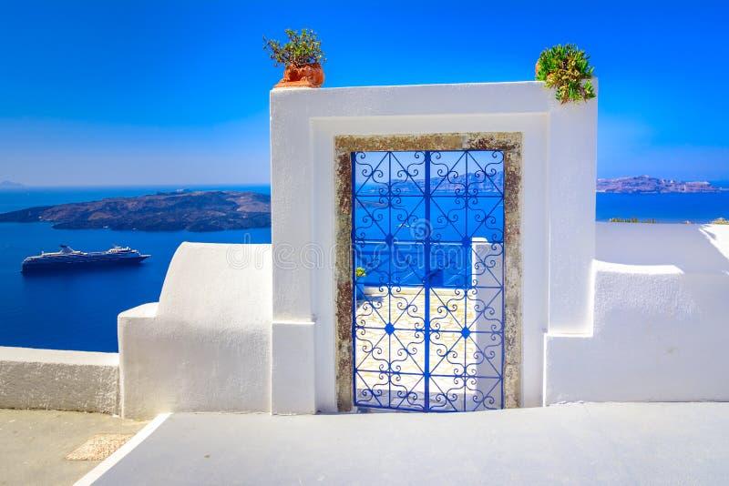 Dekorativ mönstrad dörr i Thira, Santorini, Grekland royaltyfri fotografi