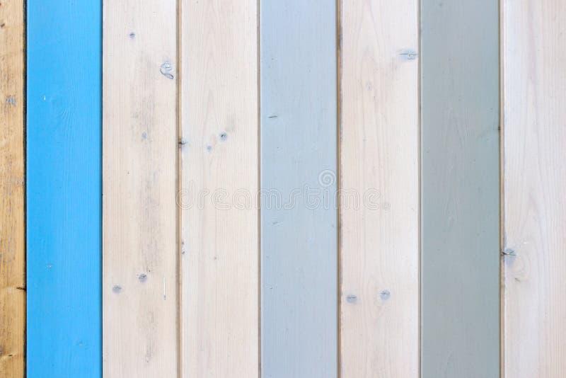 Dekorativ och f?rgrik wood v?gg royaltyfri bild