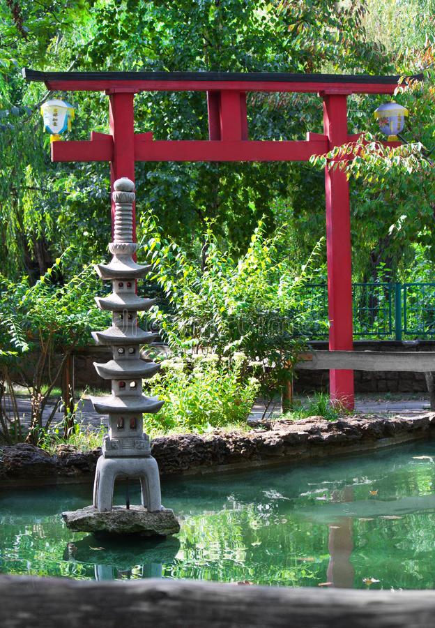 Dekorativ pagod för sten i japanträdgård arkivfoto