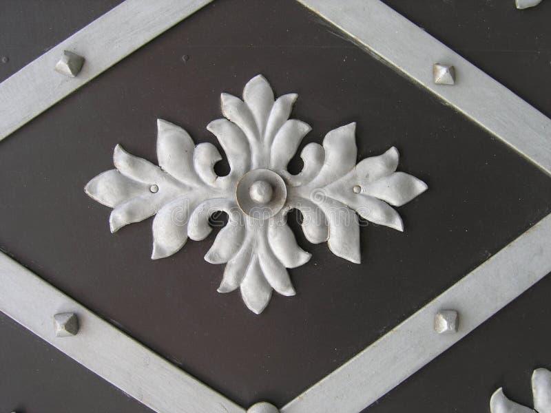 Dekorativ sniden järndörrmodell royaltyfria bilder