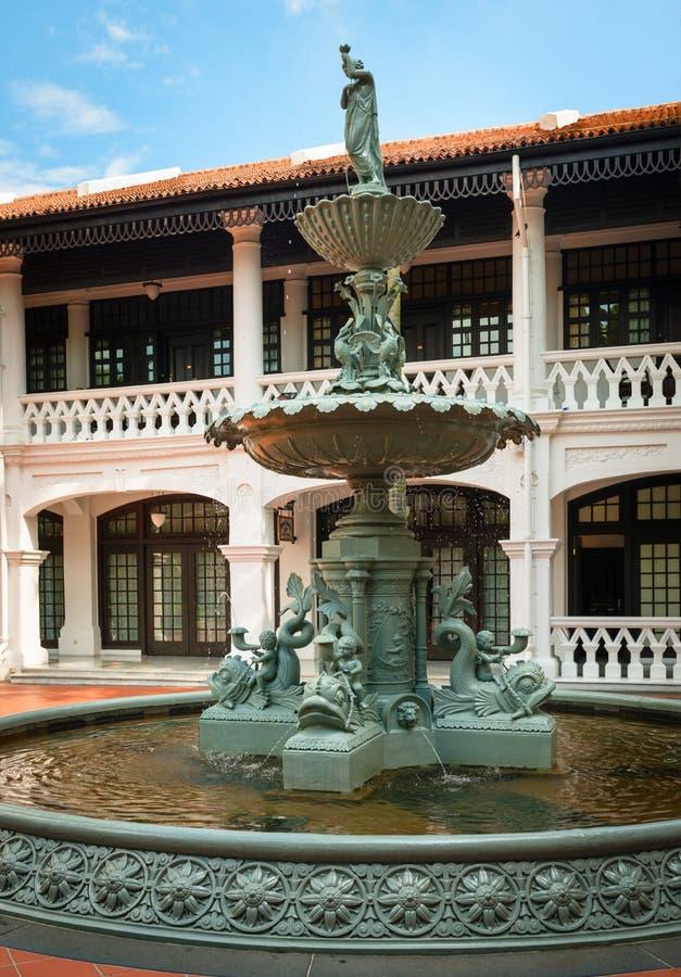 Dekorativ springbrunn på borggården arkivfoton