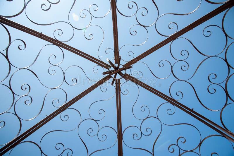 Dekorativ stålGazebokupol royaltyfri fotografi