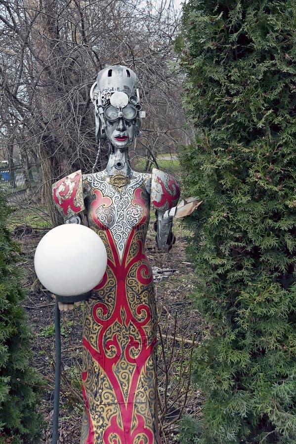 Dekorativ staty för kvinnlig steampunk som håller lampan i gården av den ölrestaurangKovcheg tillflykten i Ternopil, Ukraina royaltyfria foton