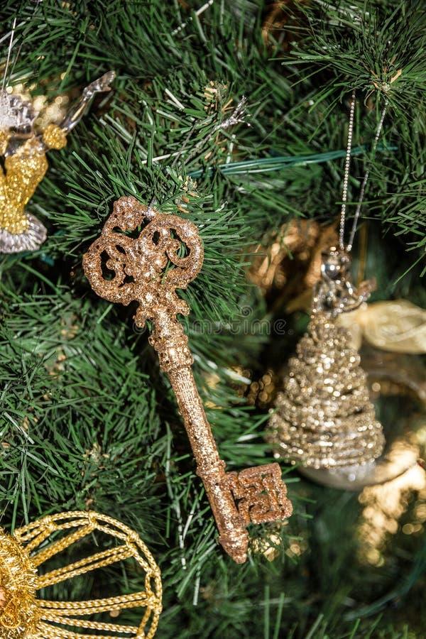 Dekorativ tangent och leksaker på julgranen arkivbilder