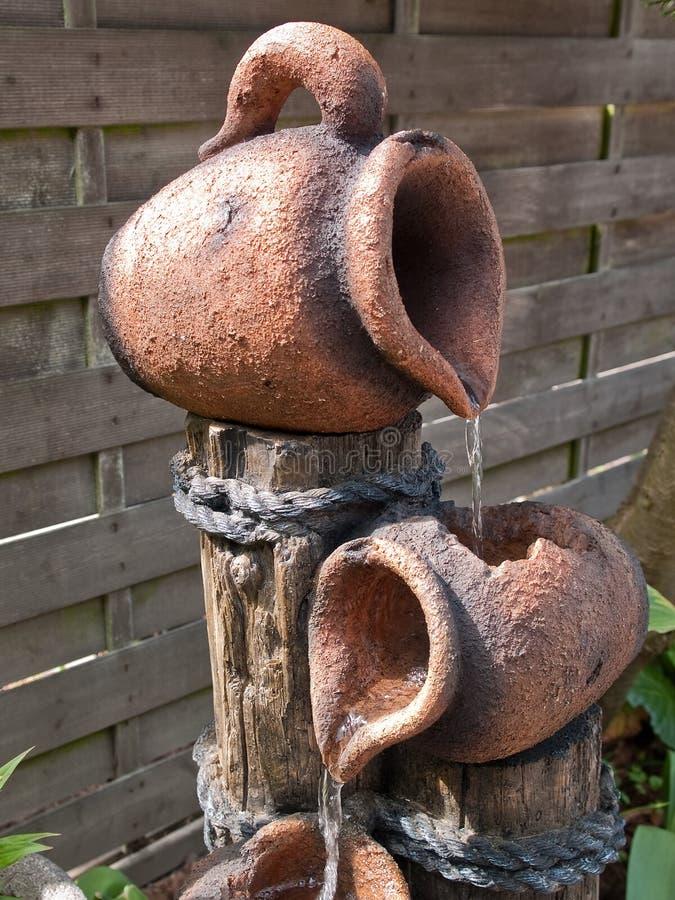 dekorativ trädgårds- stenvattenfall arkivfoto