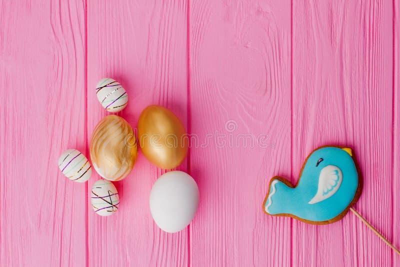 Dekorativa ägg för påsk och glasat kex royaltyfri bild