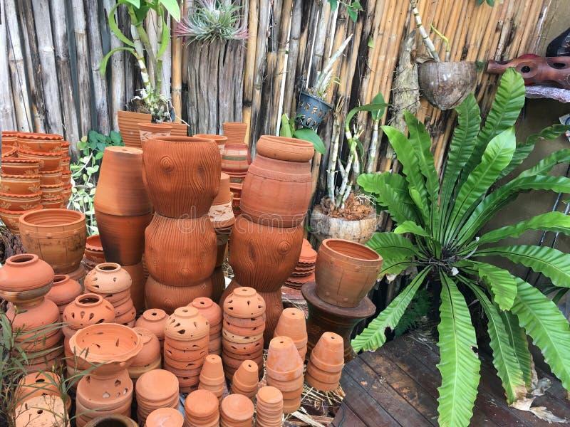 Dekorativa blomkrukor och vaser som staplar på trädgården, shoppar royaltyfria foton