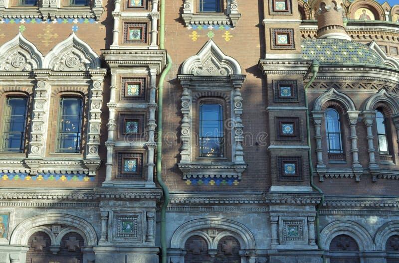 Dekorativa detaljer av en fasad av domkyrkan av nypremiären av Kristus (KristusFörlossare på blod) StPetersburg Ryssland arkivbilder