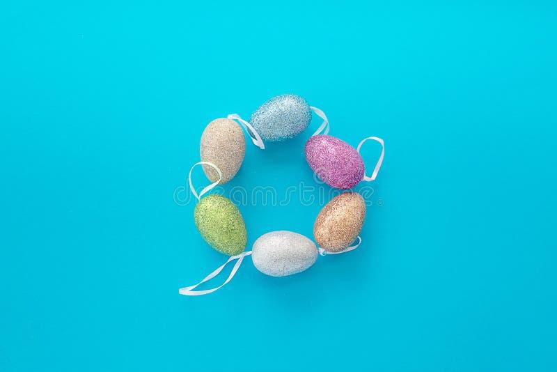 Dekorativa easter ägg på blå textural bakgrund arkivbild