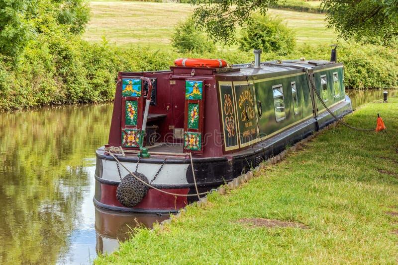 Dekorativa förtöjde Narrowboat, Worcestershire, England royaltyfri bild