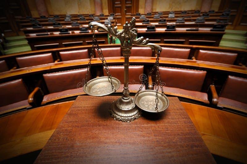 Dekorativa fjäll av rättvisa i rättssalen arkivfoton