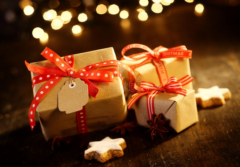 Dekorativa julgåvor med mousserande bokeh royaltyfria foton