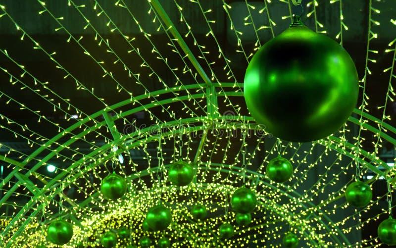 Dekorativa julgräsplanbollar royaltyfri bild