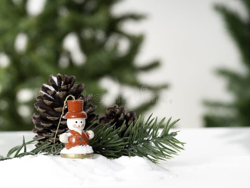 Dekorativa julprydnader på ett snöig arkivfoto