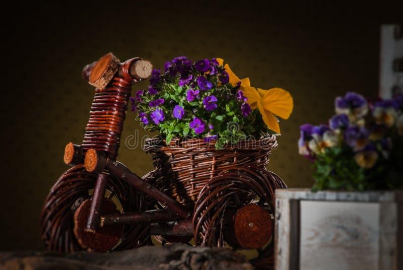Dekorativa korgar med blommor arkivbilder