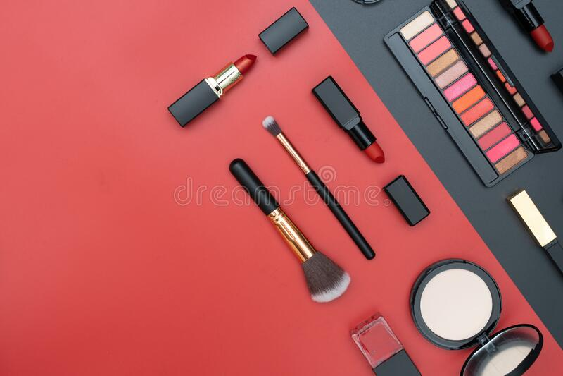 dekorativa kosmetika på svart och röd arkivfoto