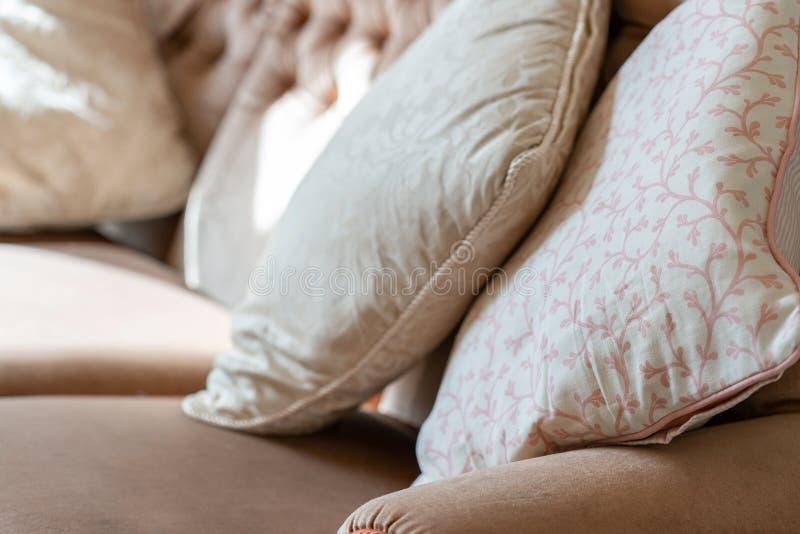 Dekorativa kuddar på en soffa arkivfoton