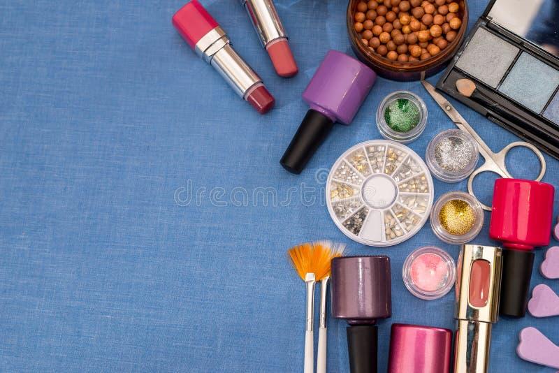 Dekorativa makeuphjälpmedel på en blått fotografering för bildbyråer