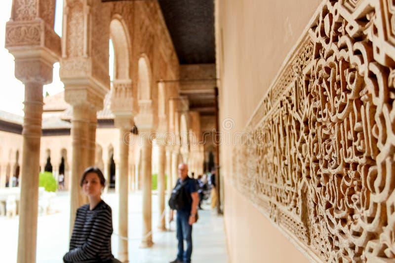 Dekorativa motiv och arabisk inskrift på väggen, slott av royaltyfria bilder