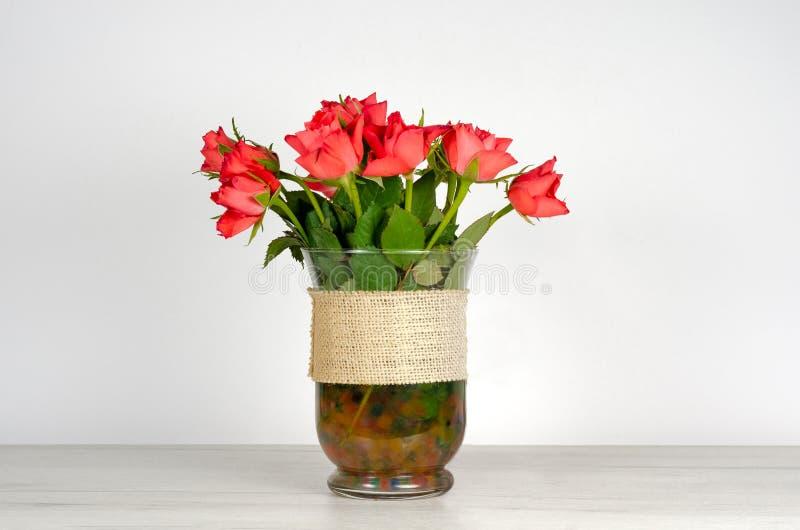 Dekorativa naturliga r?da rosor p? tabellen arkivfoton