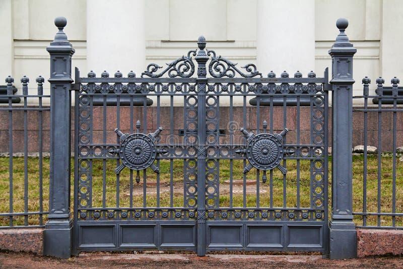 Dekorativa portar för smidesjärn royaltyfri foto