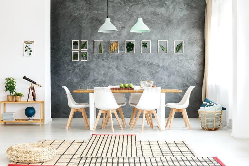 Dekorativa sidor på väggen arkivbild