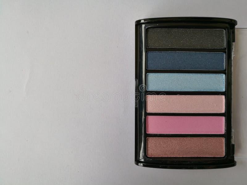 Dekorativa skönhetsmedel för ögonskugga på isolerad vit bakgrund För produktöga för makeup kosmetisk skugga, borste på, beige sig arkivfoton