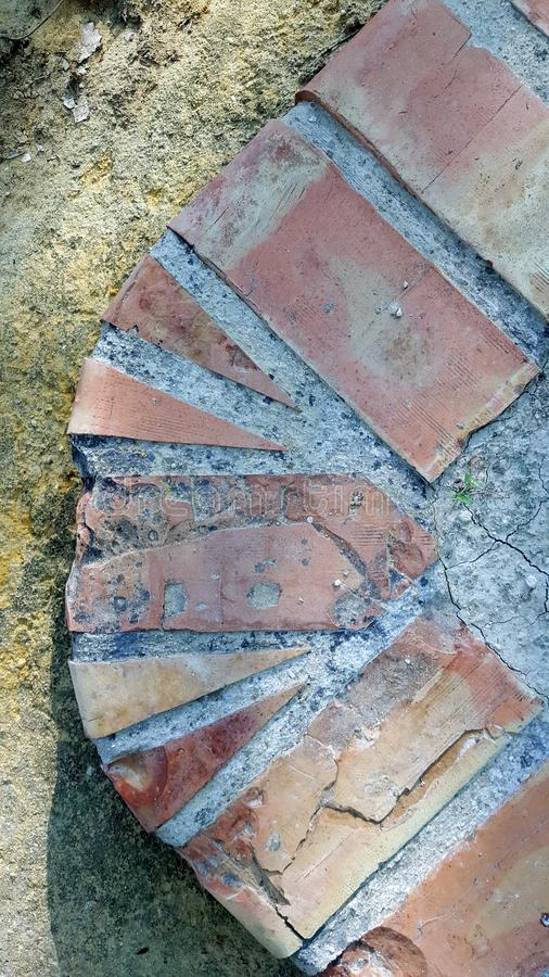 Dekorativa tegelstenar i en parkera Kanta för en rabatt arkivbild