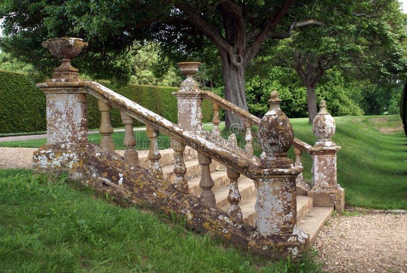 Dekorativa trädgårdmoment med en balustrad, urnor & jordklot royaltyfria foton