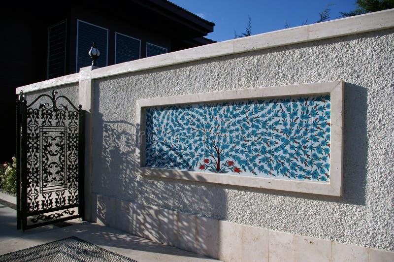 Dekorativa turkiska tegelplattor på en vit vägg royaltyfria bilder