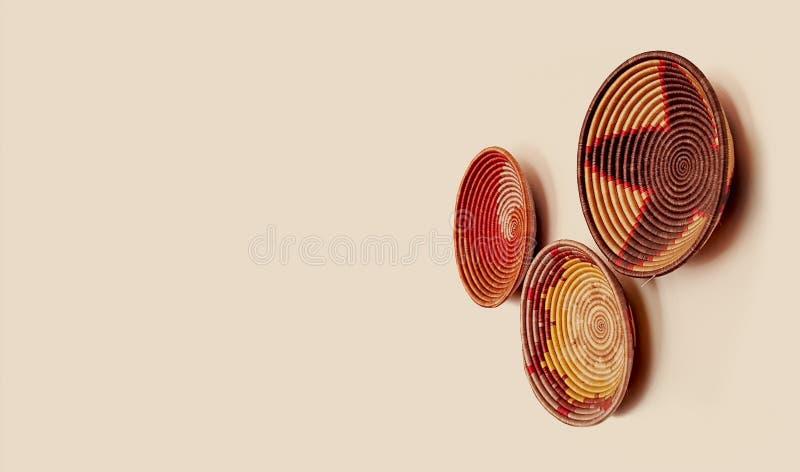 Dekorative afrikanische Körbe, die an einer Wand - ethnische Künste und Handwerk hängen lizenzfreies stockfoto