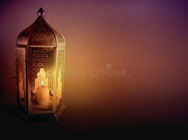 Dekorative arabische Laterne mit der brennenden Kerze, die nachts glüht Grußkarte, Einladung für die moslemische Gemeinschaft hei stockbilder