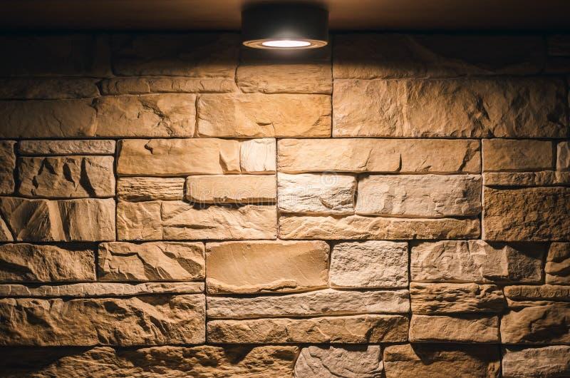 Dekorative Backsteinmauer mit Glühlampenlampe oben lizenzfreie stockfotos
