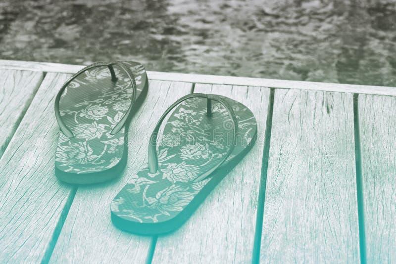 Dekorative Blumenbelegschweinefutter auf einer Poolplattform lizenzfreie stockbilder
