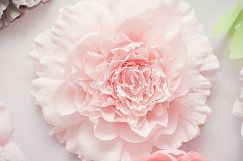 Dekorative bunte Papierblumen an der Hochzeitszeremonie lizenzfreies stockbild
