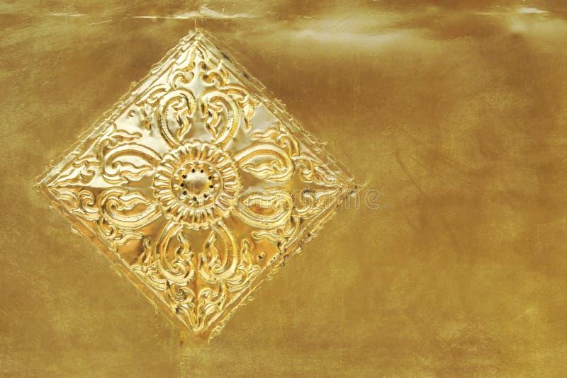 Dekorative Details von verkrusteten Goldplatten der goldenen Pagode bei altem Wat Phra Singh Temple in Chaing MAI, Thailand stockfotografie