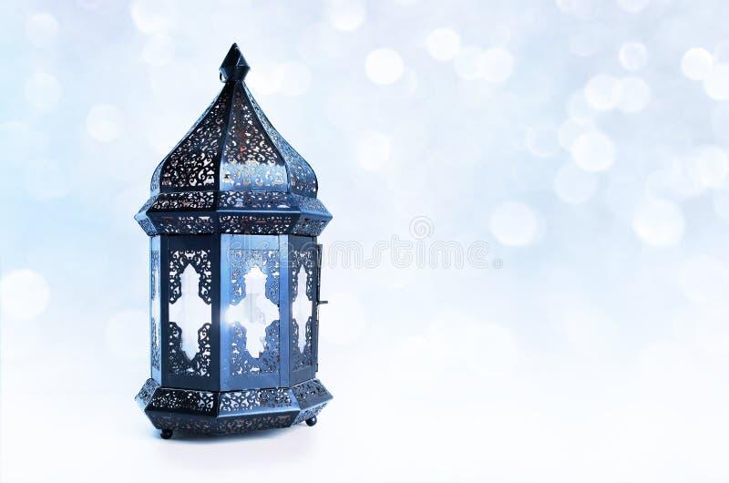 Dekorative dunkle marokkanische, arabische Laterne auf dem Tisch Brennende Kerze, funkelndes bokeh beleuchtet Sterne Grußkarte fü stockfoto