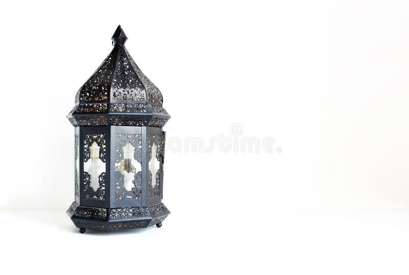 Dekorative dunkle marokkanische, arabische Laterne auf der weißen Tabelle Grußkarte für moslemische Gemeinschaftsheiligen Monat R stockfotos