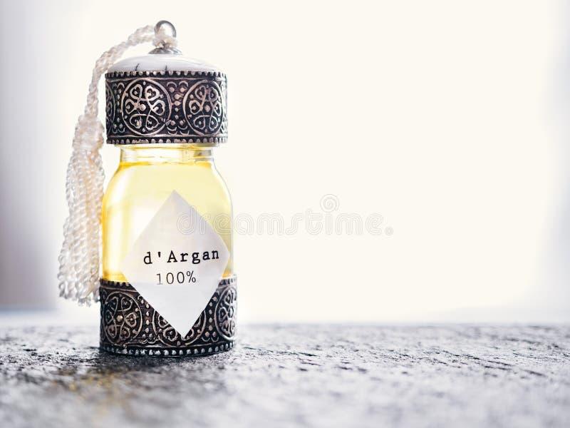 Dekorative Flasche mit dem Eisen geprägt in der traditionellen marokkanischen Art mit kostbarem marokkanischem Arganöl auf einem  lizenzfreie stockfotografie