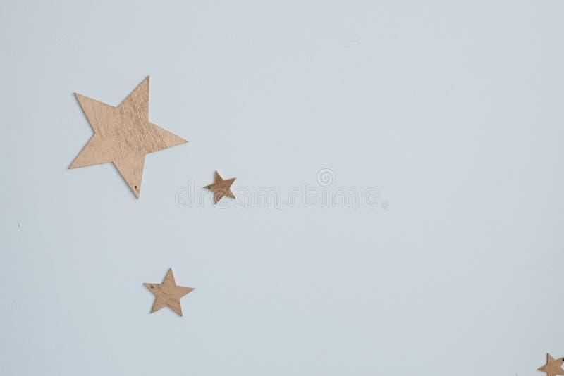Dekorative goldene Sterne auf der Wand Nahaufnahme von dekorativen goldenen Papiersternen der unterschiedlichen Größe auf einfach stockfotos