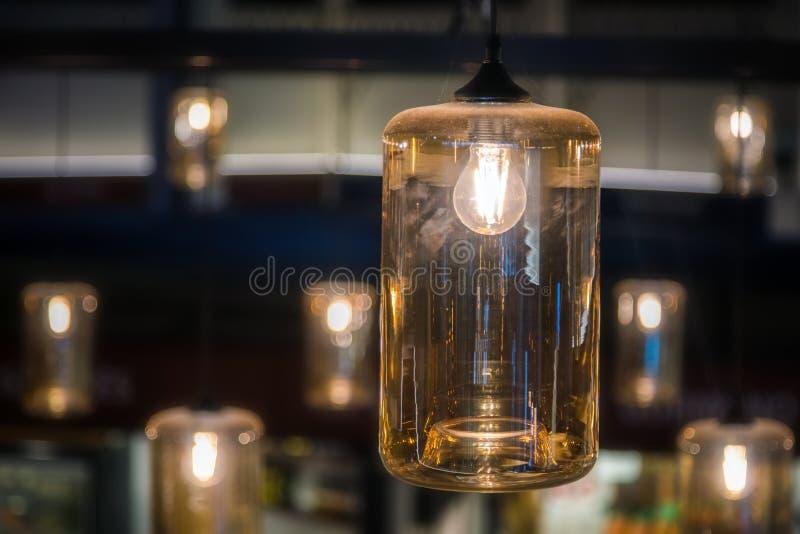 Dekorative helle Lampenbirne der Weinlese, die auf die Decke Innen glüht stockfotografie