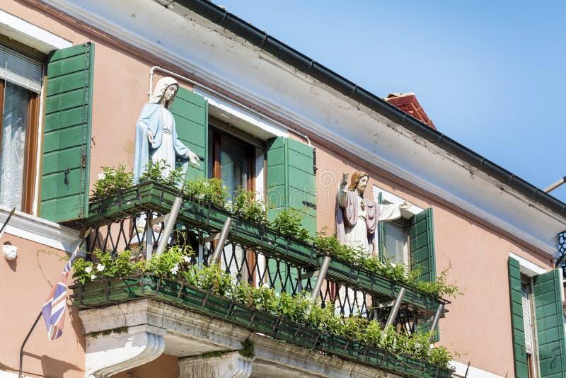 Dekorative Jesus- und Mary-Statuen auf einem Balkon in Burano-Insel, Italien lizenzfreie stockfotos
