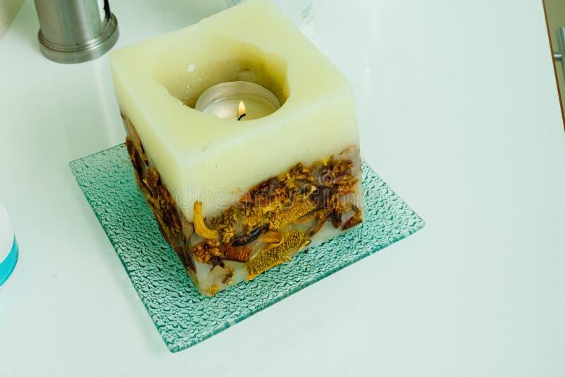 Dekorative Kerze in der quadratischen Form mit Blumen lizenzfreies stockfoto