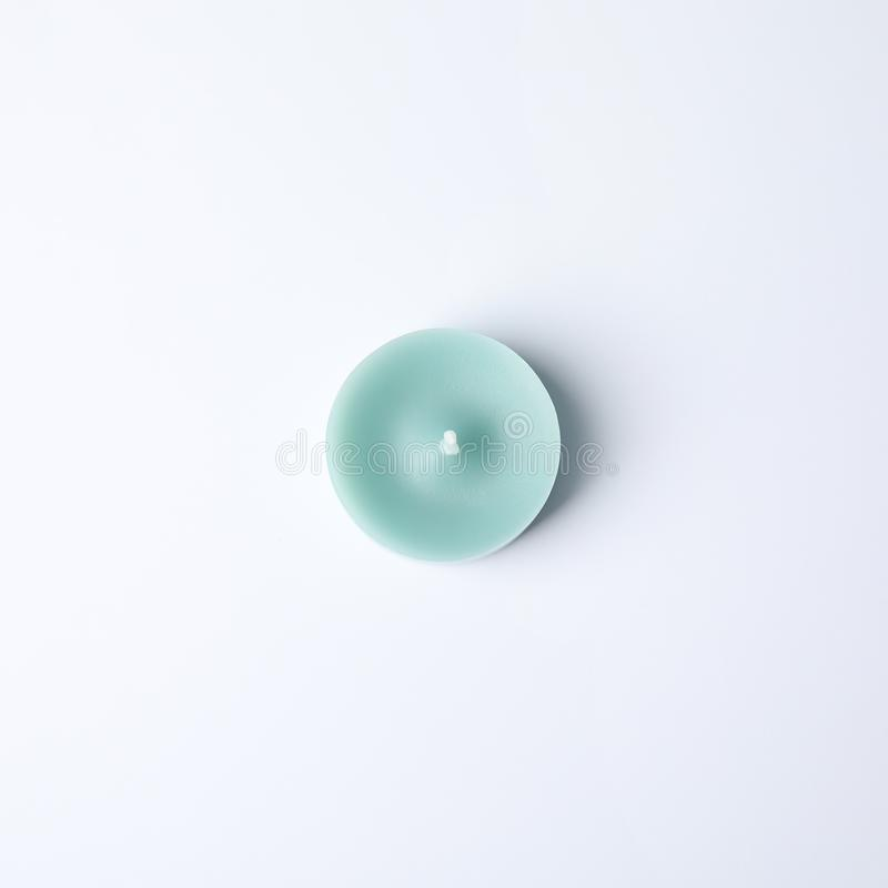 Dekorative Kerze des hellblauen Wachses auf weißer, Draufsicht stockfotos