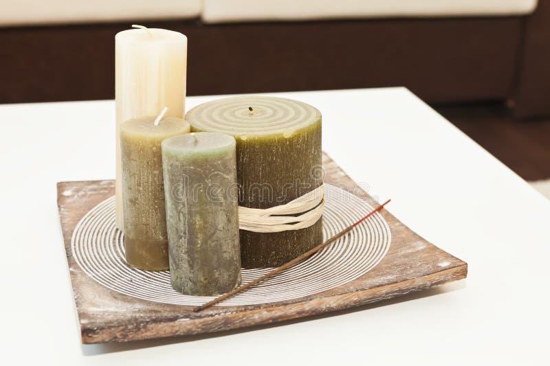 Dekorative Kerzen und Duft haften auf dem Tellersegment lizenzfreies stockfoto
