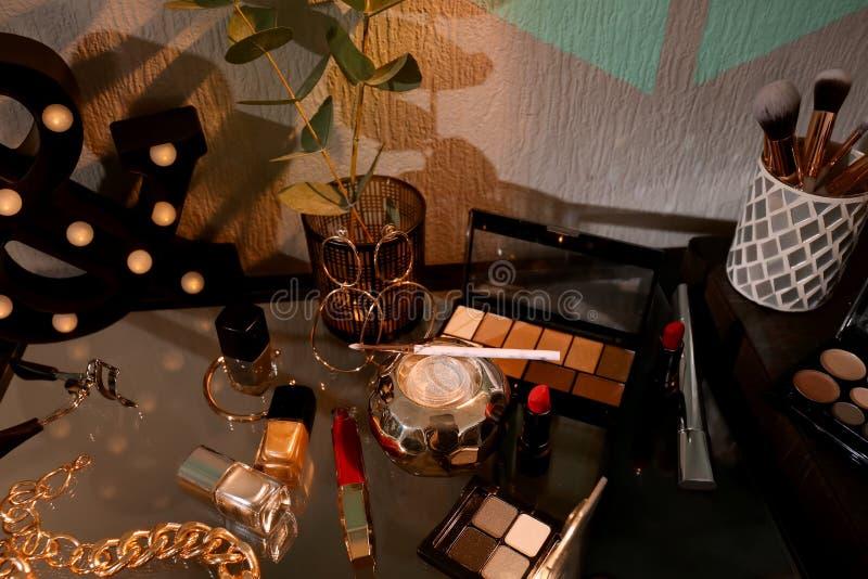 Dekorative Kosmetik und Zusätze auf Tabelle zuhause lizenzfreie stockbilder