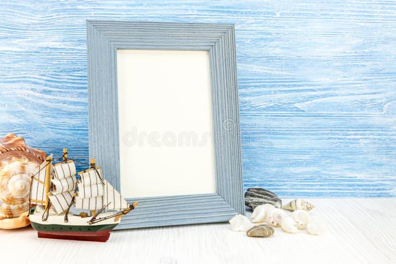 Dekorative Marineeinzelteile auf hölzernem Hintergrund lizenzfreies stockfoto