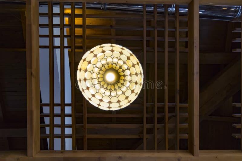 Dekorative moderne Decke japanise Lampe mit Holzrahmen stockbild